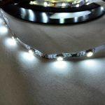 Супер тонкая светодиодная лента smd 3528 холодное белое свечение, на белой основе, 60 led на 1 метр